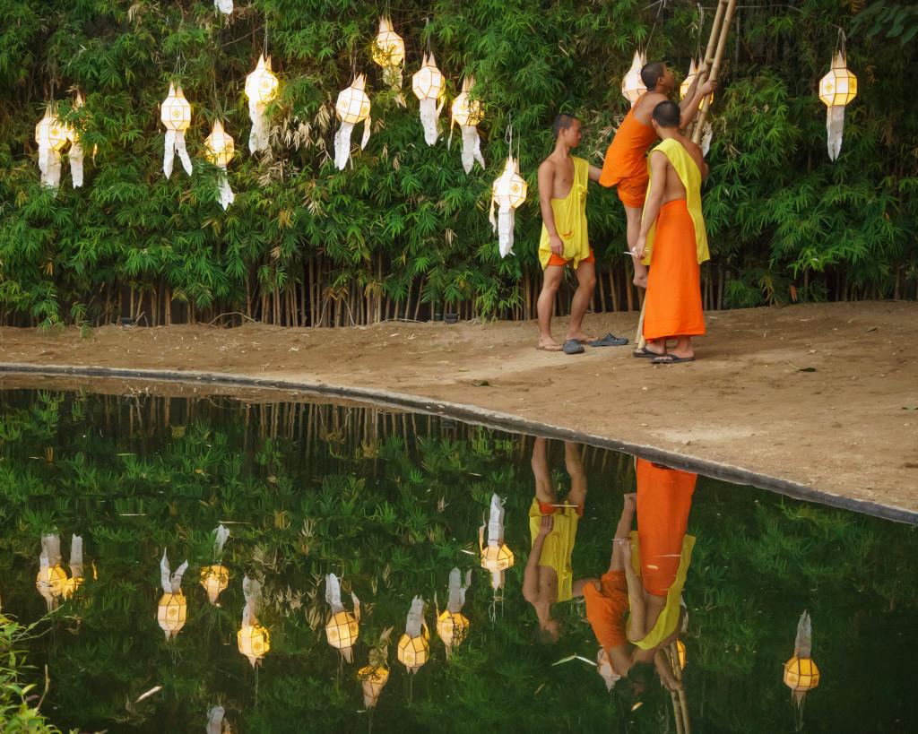 monks-lanterns-in-thailand